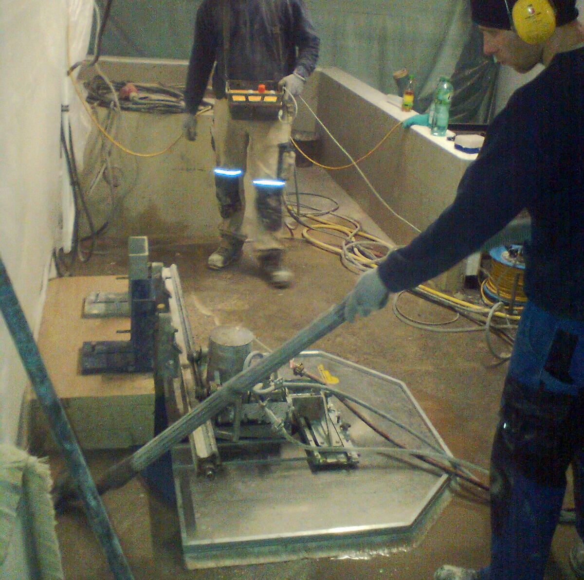 Demontage von Stahlbeton-Fundamenten / Fenster-Schnitt in Stahlbeton